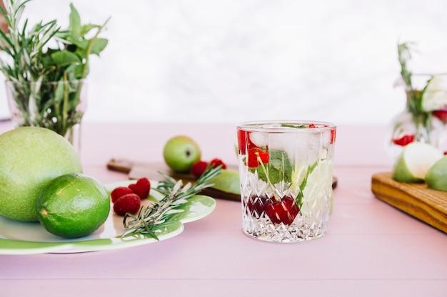 나무 테이블 위에 다양 한 과일과 건강 주스