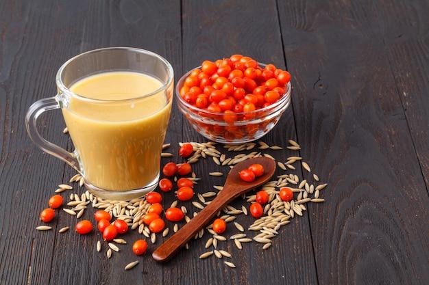 Здоровый сочный витаминный напиток диета или веганская еда концепция