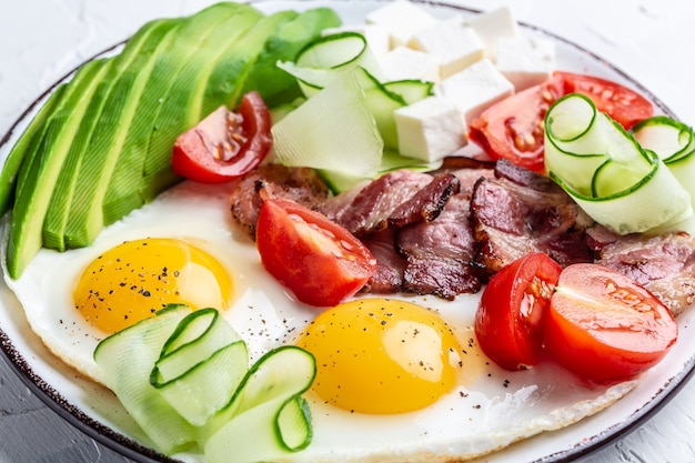 Здоровая кето-диета на завтрак яйцо, авокадо, сыр, бекон