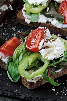 Здоровые кето тосты с салатом и белым сыром.