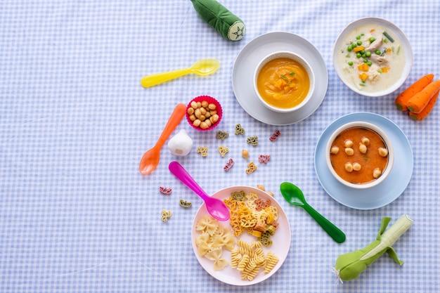 Sfondo di cibo sano per bambini, zuppa di carote e zuppa di pollo