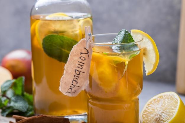 Здоровый чайный гриб с лимоном и корицей.