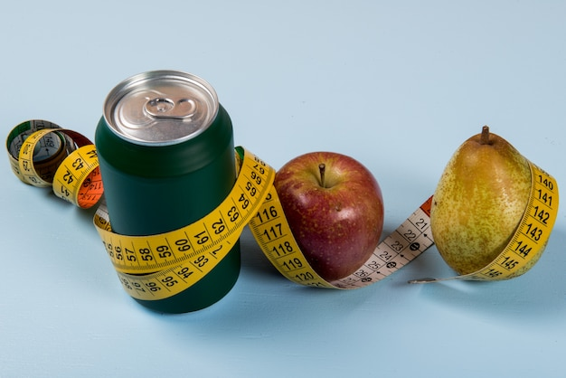 Здоровый образ жизни контрастирует с банкой содовой и фруктами с рулеткой