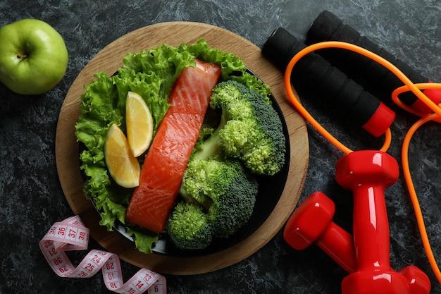 Аксессуары для здорового образа жизни на черном дымчатом столе