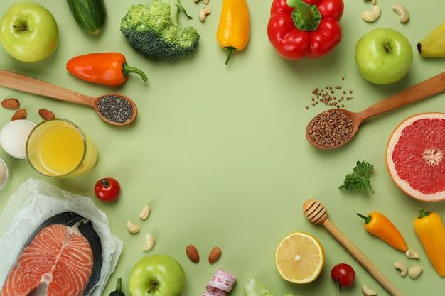 緑の背景に健康的なライフスタイルアクセサリー