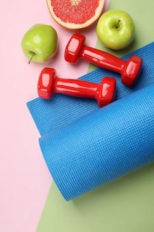 Аксессуары для здорового образа жизни на двухцветном фоне
