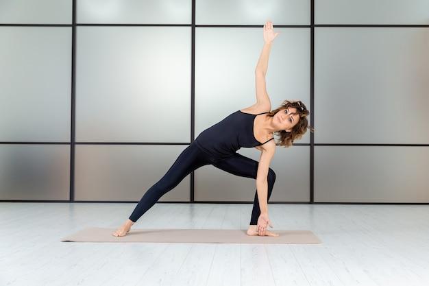 Концепция здорового образа жизни. занимаюсь йогой в белой студии. медитация и отдых изолированы.