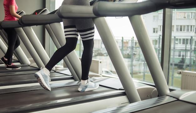 건강한 라이프 스타일 개념. 여성 다리 체육관에서 디딜 방아에서 실행