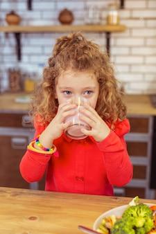 건강한 생활. 옆으로 보면서 테이블에 귀여운 작은 여성 서