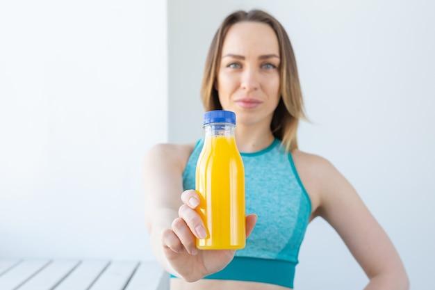 健康的なライフスタイル、ダイエット、ビタミン-ジュースのクローズアップを持つフィットネス女性