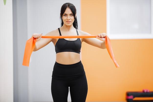 健康的な生活様式。ジムで運動をしているフィットネス女性。