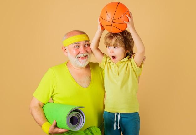 건강한 생활. 할아버지와 손자 스포츠입니다. 농구. 아이들을 위한 스포츠. 행복한 가족.