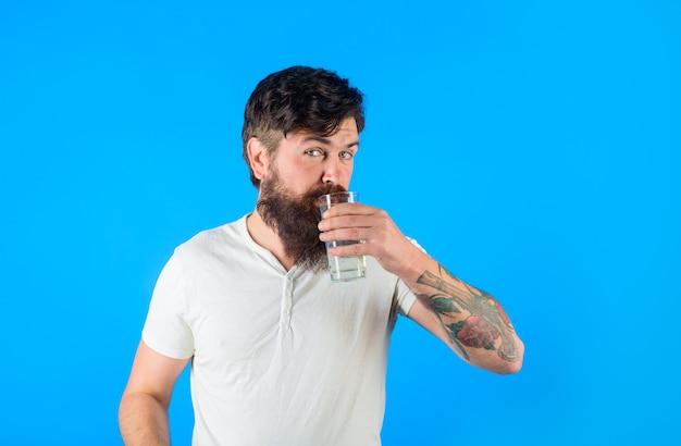 건강한 라이프 스타일 건강 관리 개념 식수 잘 생긴 수염 난된 남자 마시는 신선한 유리