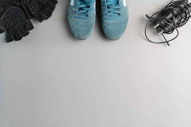 健康的な生活様式。灰色の背景に縄跳び装置。コピースペースのある上面図。