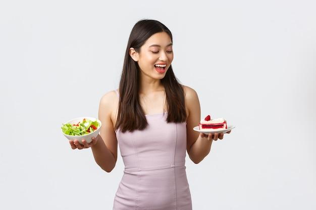 健康的なライフスタイル、レジャー、食品のコンセプト。ドレスを着た陽気な美しいアジアの女の子