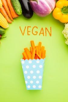 Здоровая пища на зеленом фоне