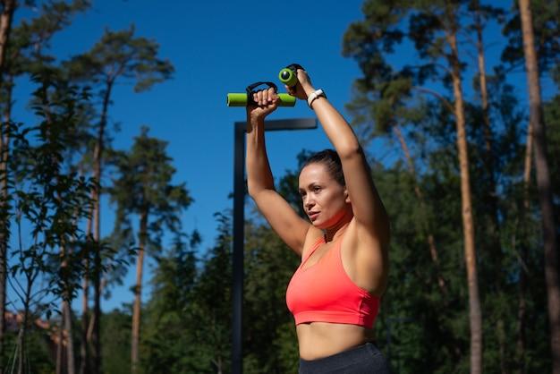 Здоровый образ жизни молодой спортивной женщины. концепция обучения на открытом воздухе