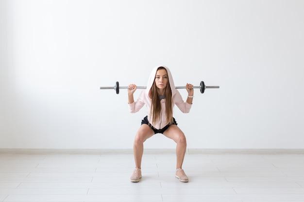 健康的なライフスタイル、人々、スポーツのコンセプト-体重のある若くて健康な女性のトレーニング。