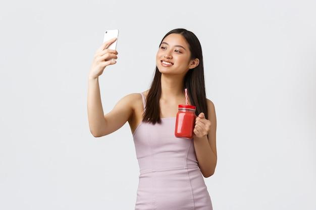 건강한 라이프 스타일, 사람들의 감정과 여가 개념. 드레스에 매력적인 아시아 소녀 블로거