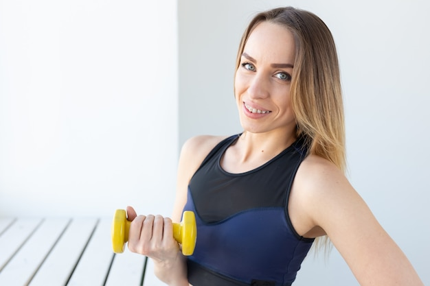 건강한 라이프 스타일, 스포츠 및 피트니스 개념. 체육관에서 운동 후 휴식하는 젊은 여자.