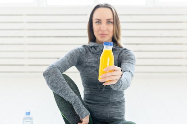 건강한 라이프 스타일, 스포츠 및 사람들이 개념-피트니스 스무디와 함께 아름 다운 젊은 여자와