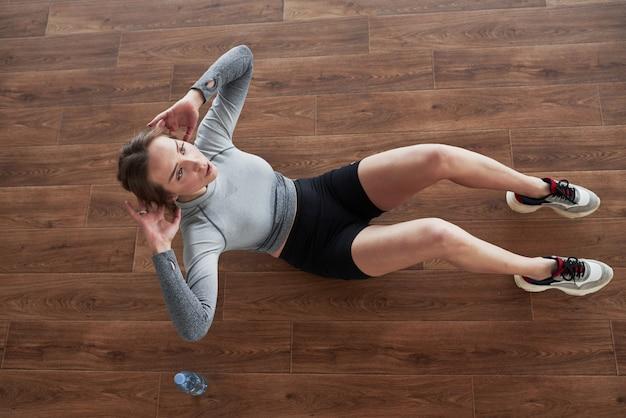 Здоровый образ жизни. спортивная молодая женщина имеет фитнес-день в тренажерном зале в утреннее время