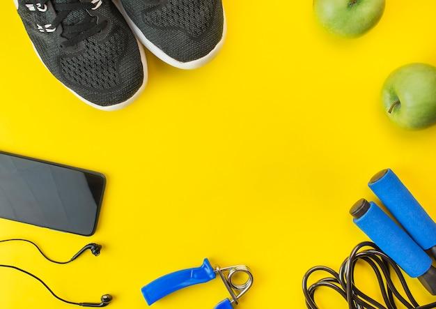 Здоровый образ жизни. спортивное оборудование на желтом столе. спортивная концепция. квартира лежала. вид сверху с копией пространства.
