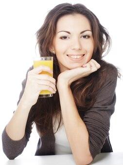 Здоровый образ жизни - женщина с апельсиновым соком на белом фоне