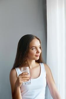 신선한 물 한 잔에서 마시는 건강한 lifestyle.young 여자