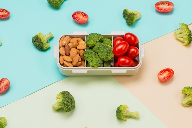 Здоровый ланч-бокс с бутербродом и свежими овощами, бутылка воды. концепция здорового питания. вид сверху