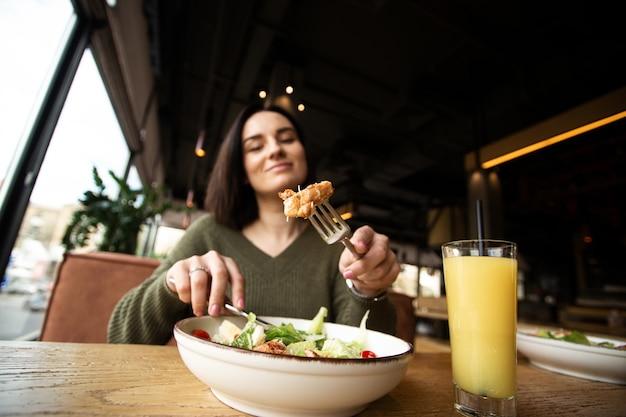 건강한 점심. 시저 샐러드와 오렌지 주스. 보기를 닫습니다. chiken 슬라이스에 중점을 둡니다.
