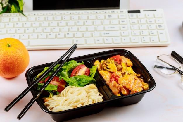 직장에서 건강한 점심 주문