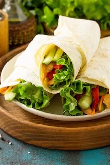Полезные закуски на обед роллы из тортильи с жареной курицей и свежими овощами куриная лепешка