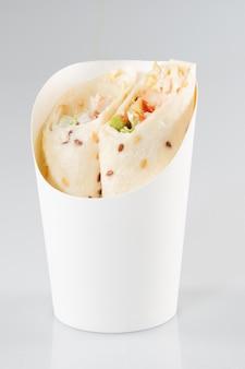 健康的なランチスナック。グリルしたチキンの切り身と新鮮な野菜のトルティーヤラップ