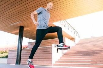 フィットネストレーニングをしている健康的なオスの運動選手