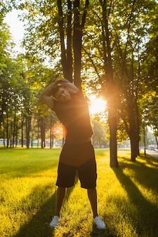 健康な男性の屋外フィットネストレーニングの概念。スポーツマンのライフスタイル。新鮮な空気の愛好家。