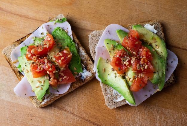 Полезное меню из тостов с индейкой, авокадо, помидорами черри и сыром