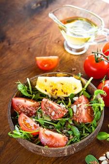 토마토와 씨앗 세로 사진 건강 마이크로 그린 샐러드. 고품질 사진