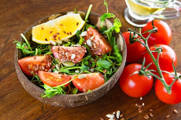 토마토, 레몬, 씨앗 클로즈업으로 건강 한 microgreen 샐러드. 고품질 사진