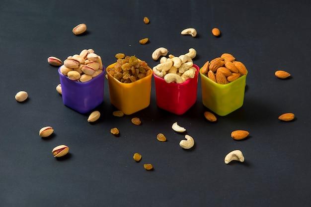 健康的なミックスドライフルーツとナッツ。アーモンド、ピスタチオ、カシューナッツ、レーズン
