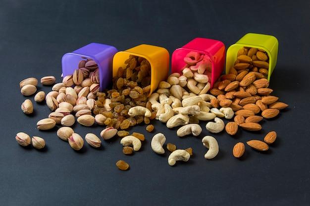 Здоровая смесь сухих фруктов и орехов на темном фоне