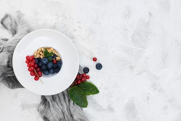 Mattina sana cibo con bacche copia spazio