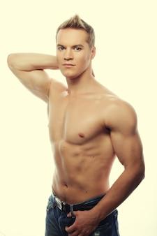 Здоровый мускулистый молодой человек. изолированные на белом фоне.