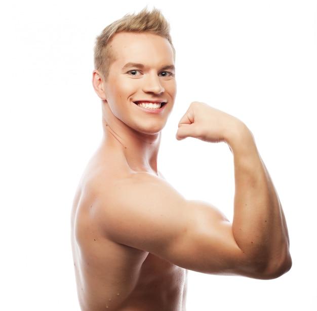 健康的な筋肉の若い男。