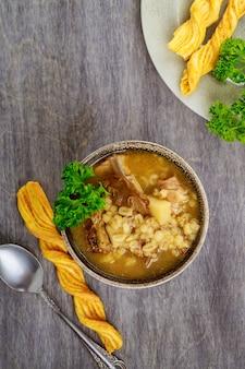 Полезный грибной суп с перловой крупой и картофелем. вид сверху.