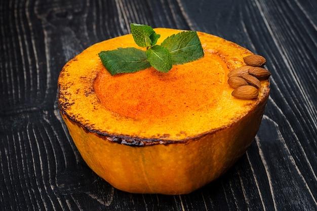 검은 나무 배경에 건강한 자연 식품 호박 크림 수프