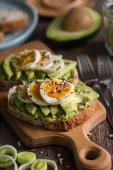 Здоровое питание и легкий завтрак - тост с авокадо и яйцом