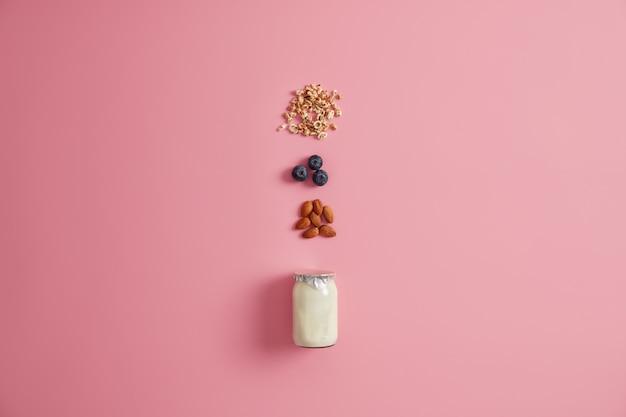 건강한 영양, 깨끗한 먹는 개념. 블루 베리, 아몬드 너트 및 요구르트를 곁들인 오트밀 재료입니다. 맛있는 달콤한 영양소 저칼로리 디저트 준비. 아침 식사 시간. 과일과 함께 뮤 즐리.
