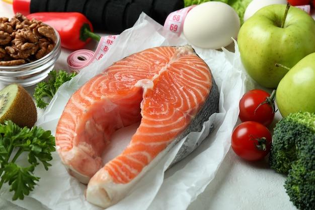 白いテクスチャ背景に健康的な栄養の概念をクローズ アップ