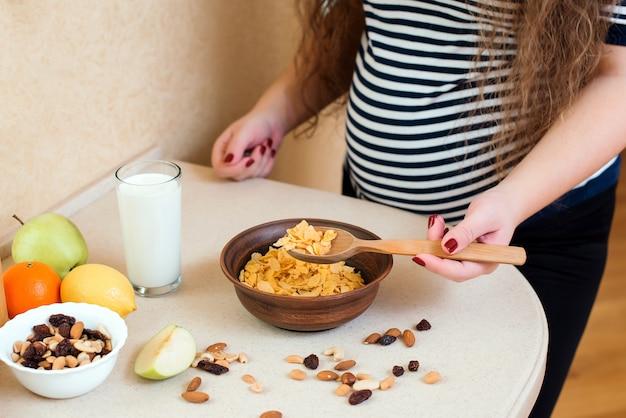 임신과 출산 중 건강한 영양 섭취. 젊은 여성은 건강에 좋은 음식을 선택합니다.